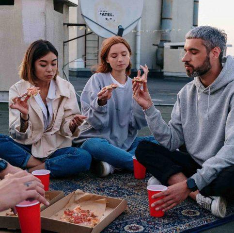 gente-comiendo-pizza